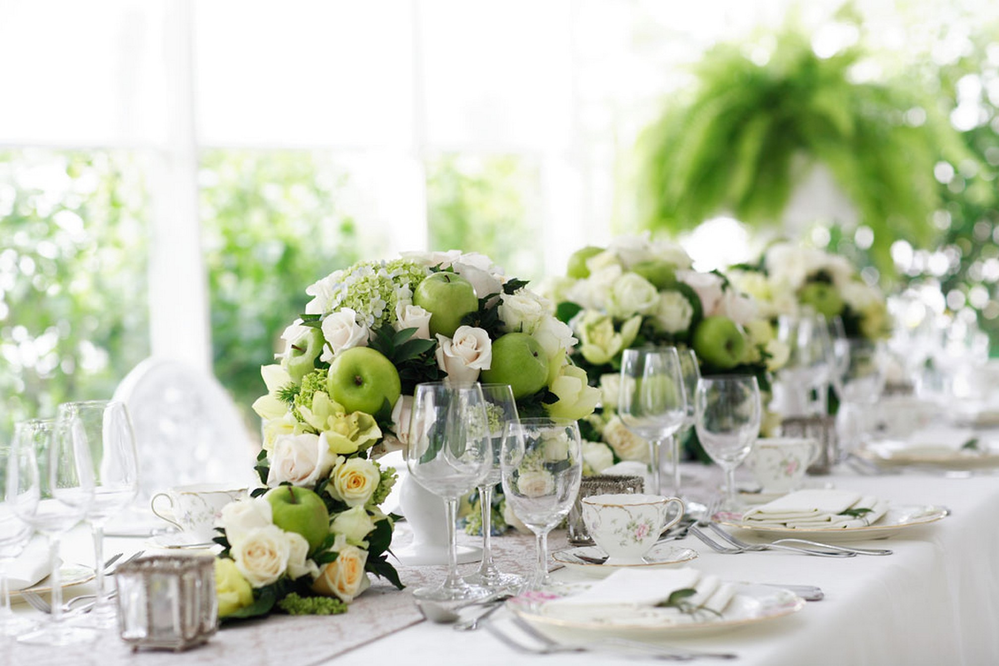 Complete guide to choose the right bridal bouquet table for Dinner table flower arrangements